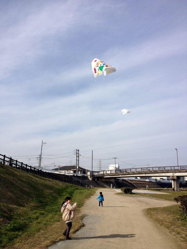 2012年 子供と凧揚げの風景